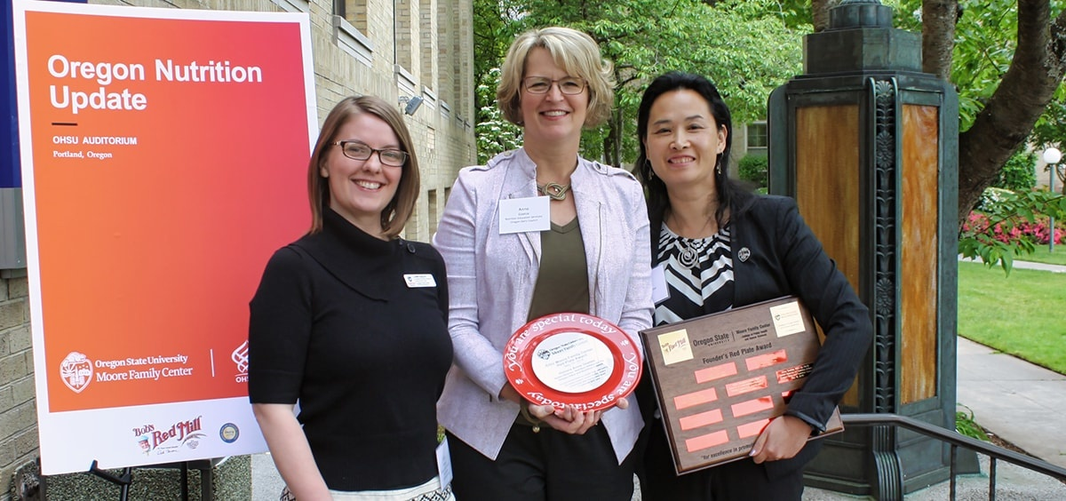 Anne Goetze receives Red Plate Award at Oregon Nutrition Update